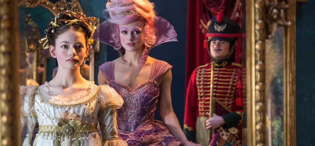 """Mackenzie Foy och Keira Knightley i """"Nötknäpparen""""."""