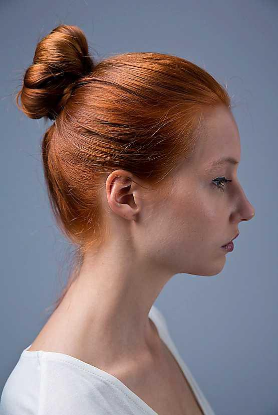 3. Släpp nu lite försiktigt på håret runt om knuten för att ge frisyren en lite lösare look. Det gör du enklast med handtaget på en pinnkam.