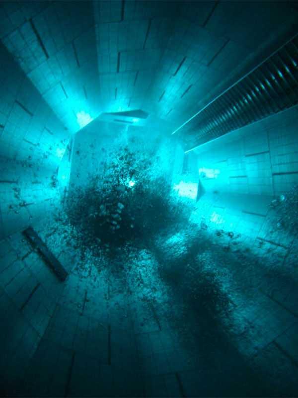 NEMO 33, BRYSSEL, BELGIEN Gå till botten i världens djupaste pool. Nemo 33 är 35 meter djup och bassängen används mest för dykkurser. Här finns också en thai-restaurang under jord som har fönster mot poolen, så du kan studera dykarna till maten.