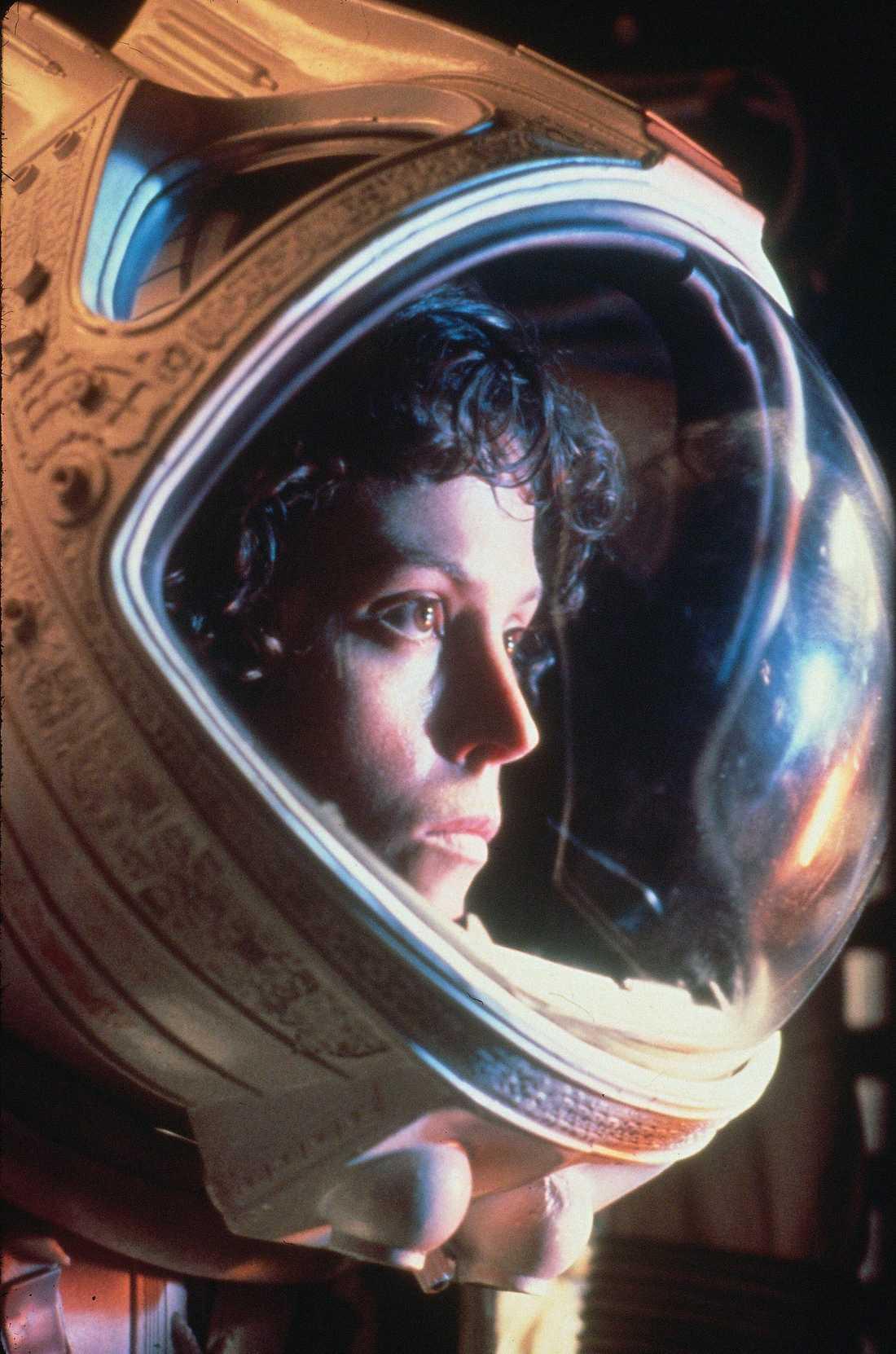 4 Alien Inspelningsår: 1979. Skådespelare: Sigourney Weaver, John Hurt, Ian Holm. Handlingen i korthet: Besättningen på rymdskeppet Nostromo påträffar en dreglande livsform med kapacitet att utrota hela mänskligheten. Klassisk scen: John Hurts bröstkorg exploderar och ut kommer filmhistoriens bästa monster – någonsin.