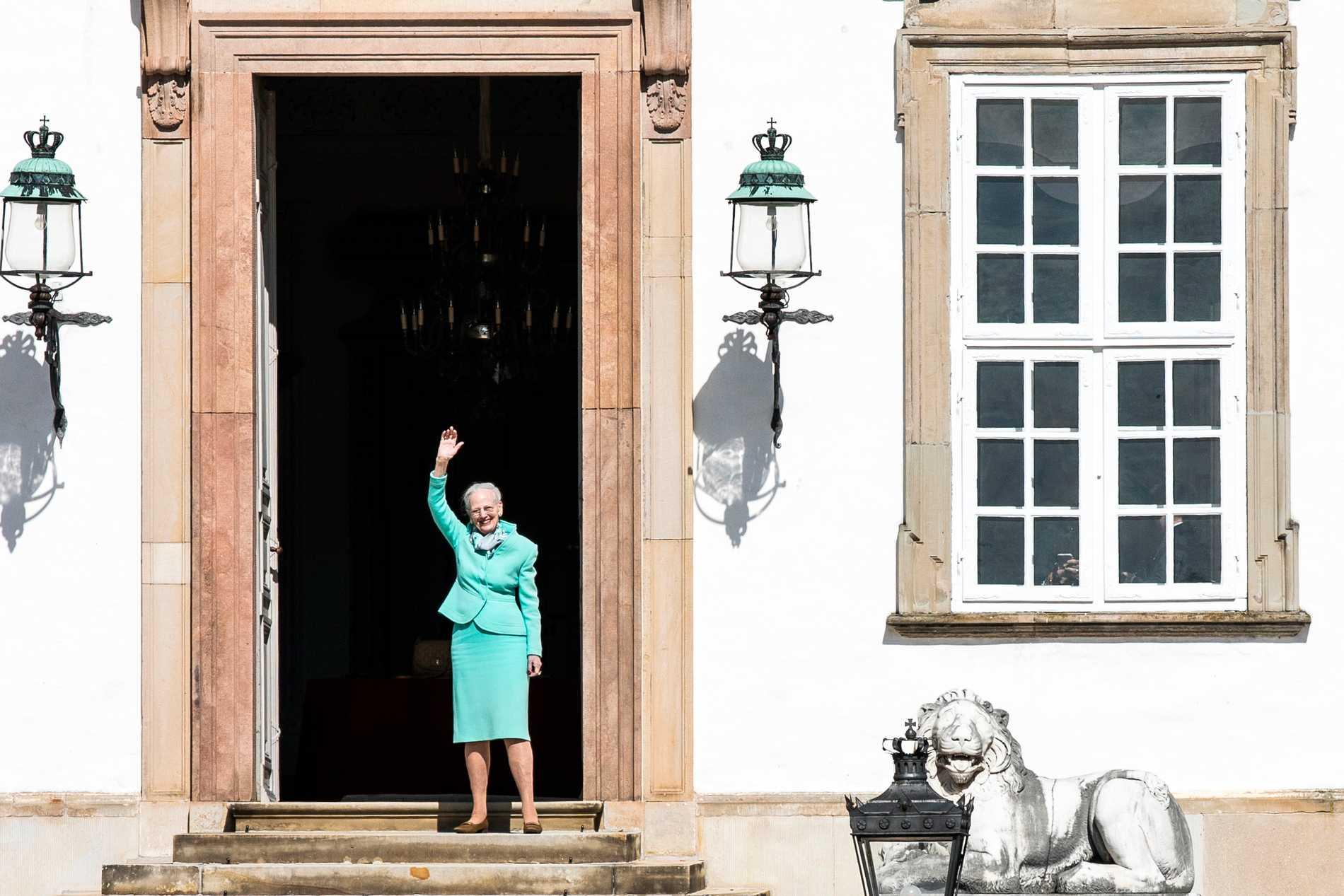 Margrethe vinkar från sitt hem.