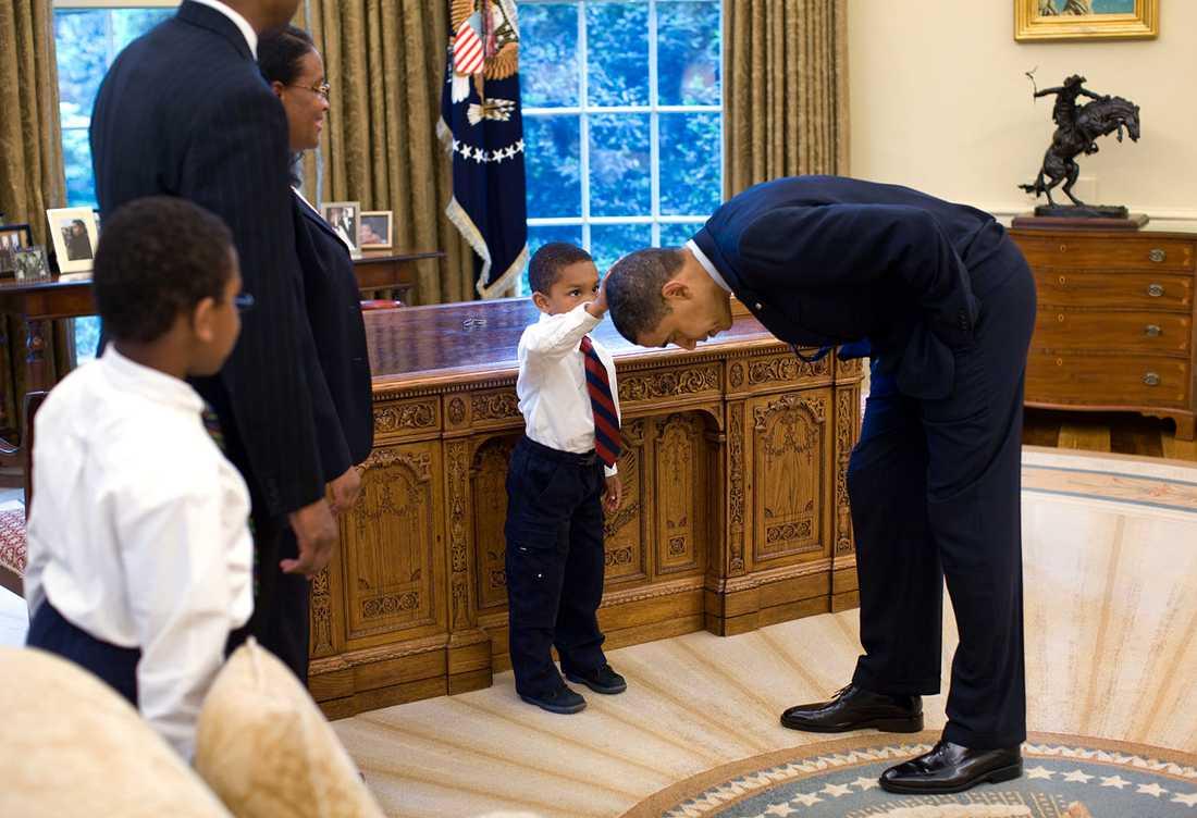 Sonen till en medarbetare i Vita huset säger att han klippt samma frisyr som Obama, och vill därför känna på hans hår.