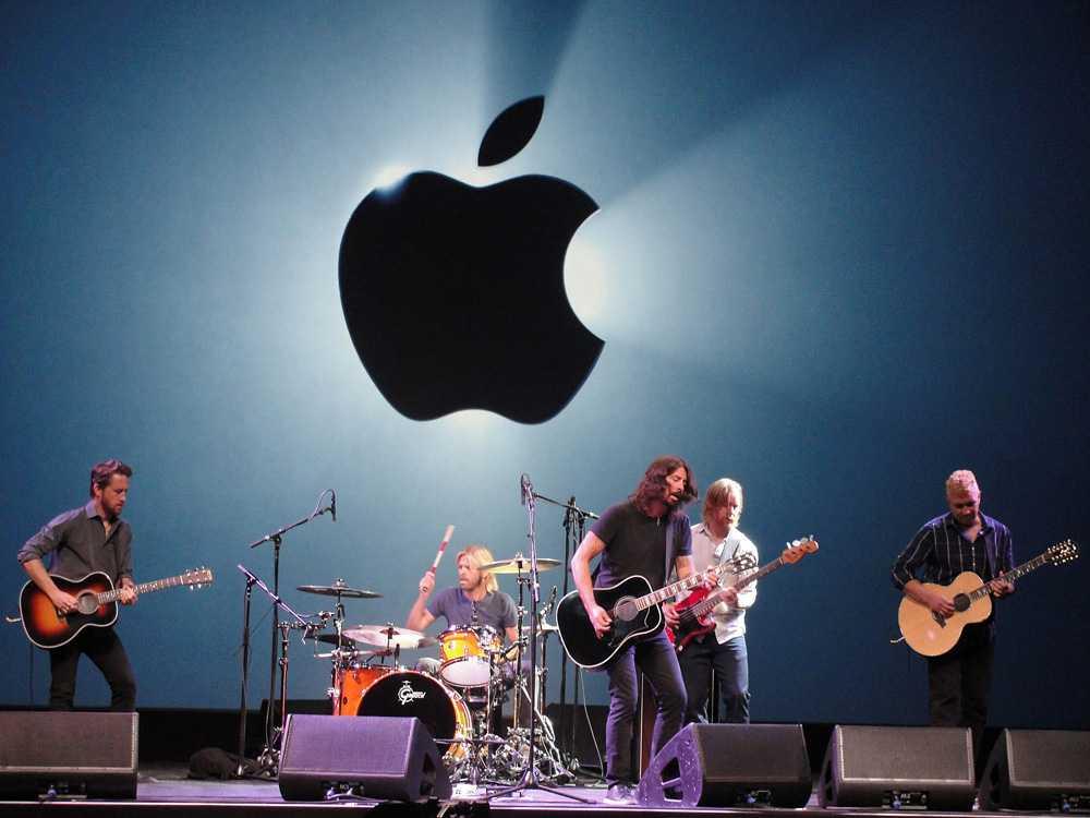 Amerikanska rockbandet Foo Fighters uppträdde under Apple-eventet.