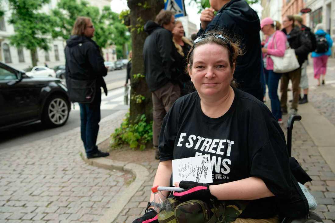 Anitra Hermes, 43, som har rest från Holland, har fått lämna sitt brev till Bruce Springsteen.