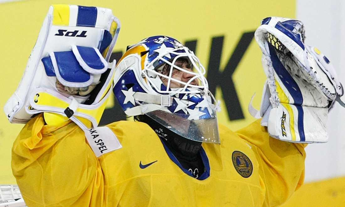 Stefan Liv jublar efter att Tre Kronor bärgat bronset i VM 2009. Detta efter 4-2 mot USA.