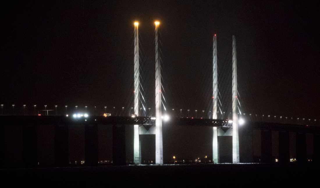 Två ljus tända på Öresundsbron julen 2017.
