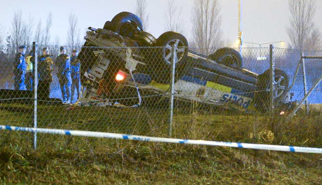En polisbil har voltat under en biljakt i Malmö på tisdagskvällen. En polis avled av sina skador.