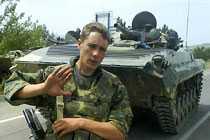 Stridsvagnarna vid den ryska posteringen står på samma ställe som igår.