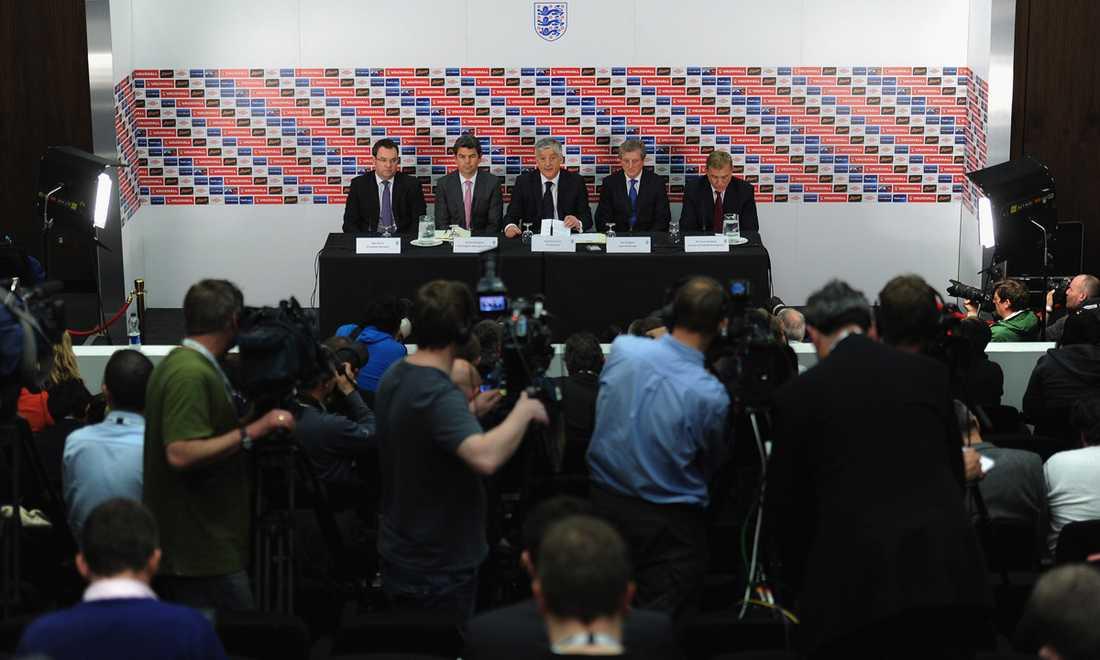 1 maj 2012 presenteras Roy Hodgson (andra från höger) som Englands nye förbundskapten. Här en bild från presskonferensen.