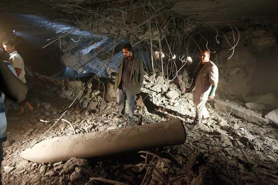 BARA RUINER KVAR I NATT  Libyska myndigheter var snabba med att markera att Natos attack var avsedd för att döda diktatorn. Journalister visades runt i den bombade byggnaden. Taket hade rasat in, och rester av en missil låg i bråtet.