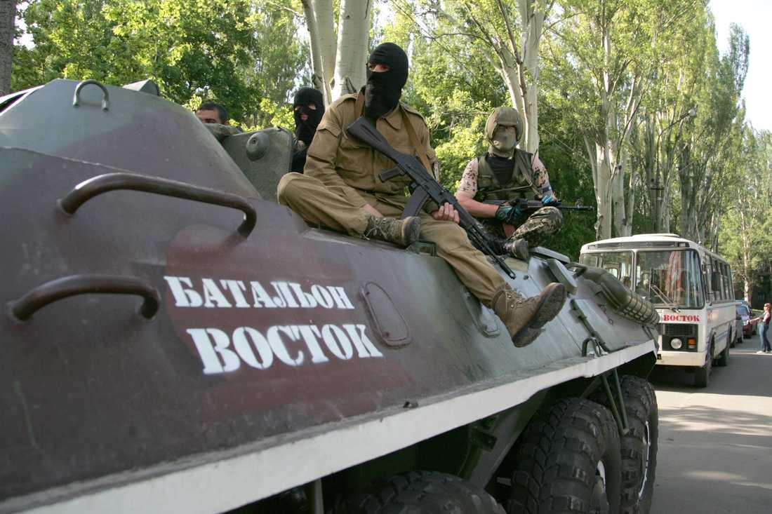 Soldater ur Vostok-bataljonen patrullerar gatorna i Donetsk, Ukraina.