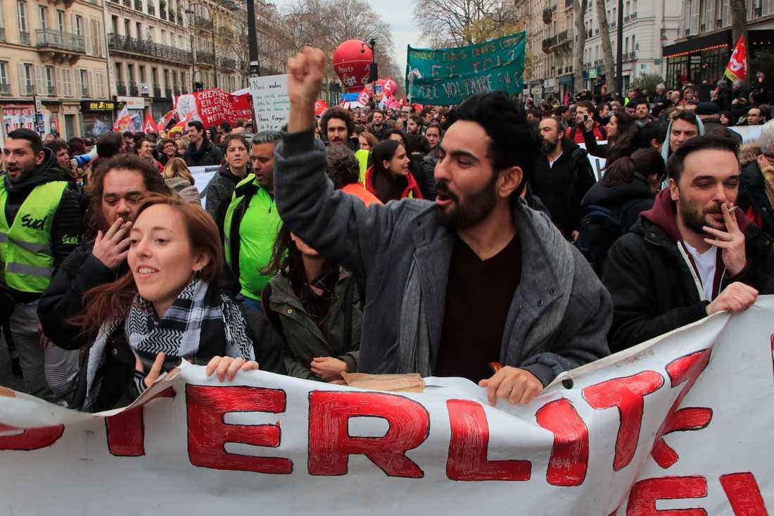 """Demonstranter i Paris. """"En fransk storstrejk är ändå en folksport som alla bör uppleva någon gång i livet"""", skriver Johanna Frändén."""