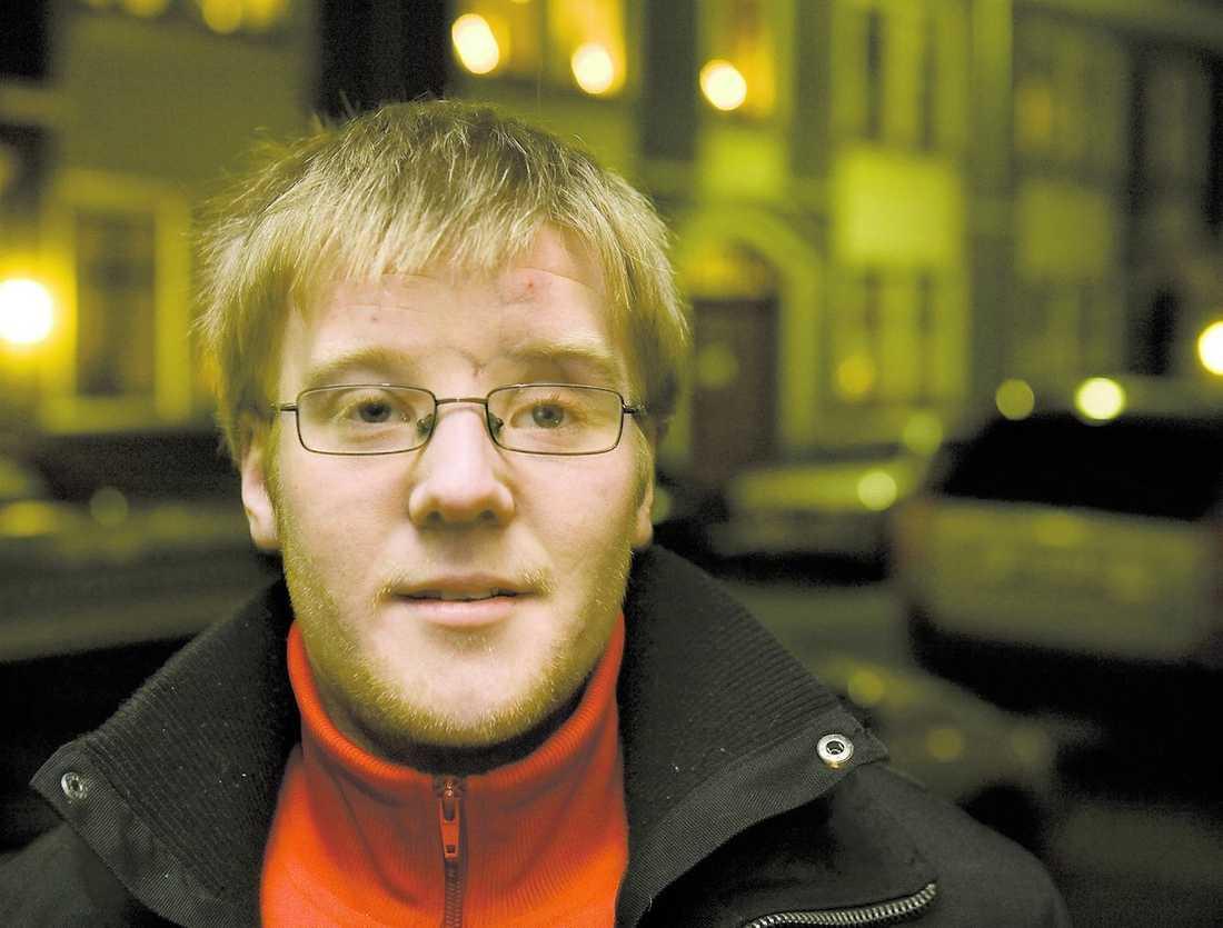 glad att han lever Fem år efter olyckan är Filip någorlunda återställd. Men han har fortfarande stora ärr i ansiktet, en ögonprotes och saknar luktsinne.