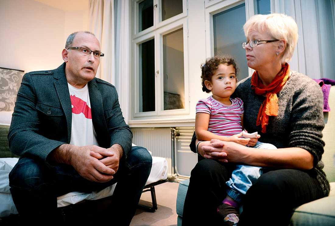 Haddiles fosterföräldrar Miklos och Malen Liewehr som är glada över beskedet att den lilla flickan tills vidare får stanna.