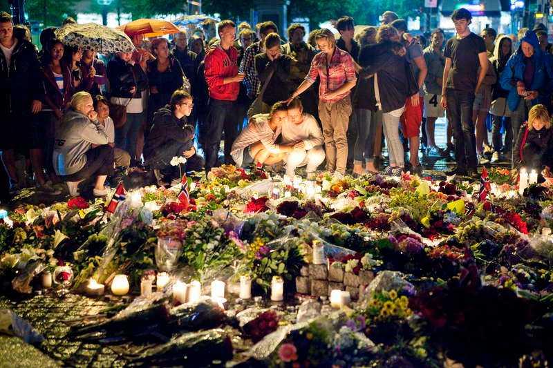 Blomsterhav och tända ljus till minne av de dödade i attentatet.