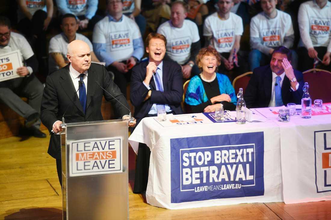 Konservativa partiets förre partiledare Iain Duncan Smith (till vänster) vid ett brexitmöte i London i mitten av januari.
