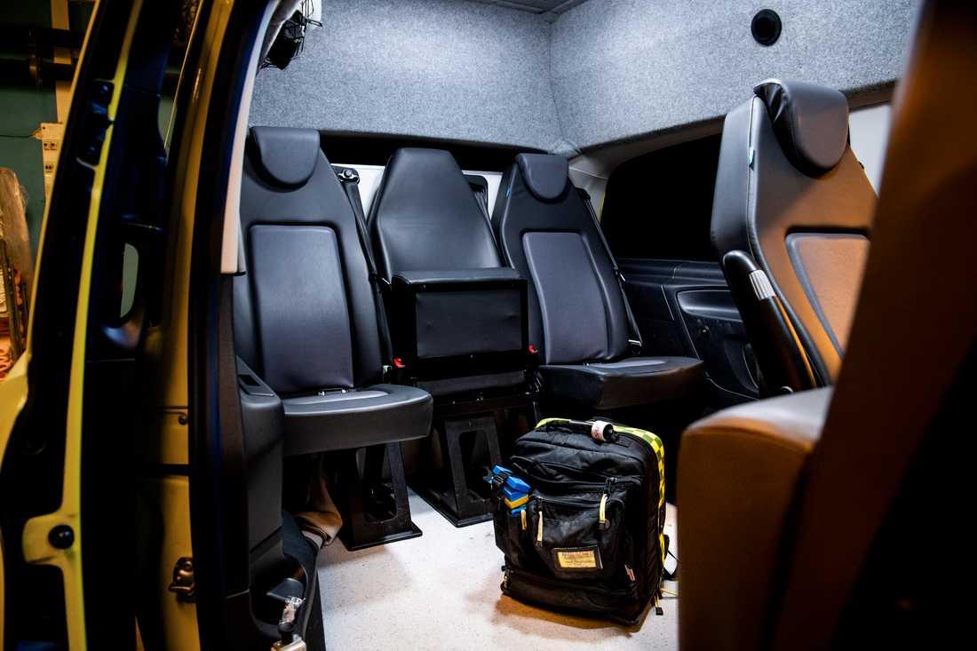 Psykiatriambulansen ser ut som en vanlig ambulans utanpå, men är annorlunda inredd med stolar i stället för en bår.