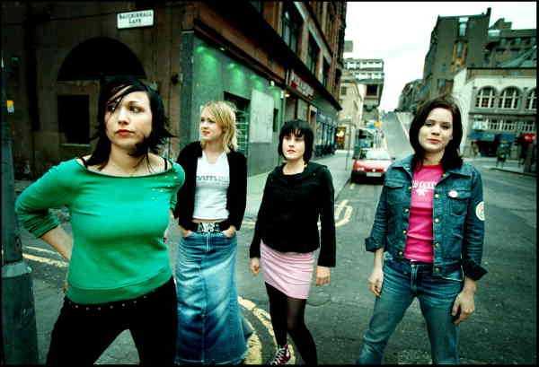 PÅ UTLANDSTURNÉ  Svenska rockbandet Sahara Hotnights under en turné i skotska Glasgow 2001. Från vänster Maria Andersson, Josephine Forsman, Jennie Asplund och Johanna Asplund.