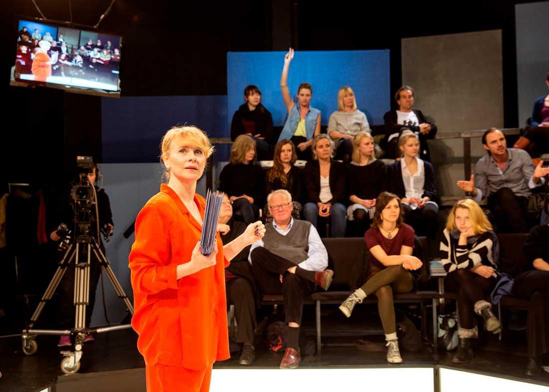 """Tar debatten Delar av teaterföreställningen """"Rörelsen"""" är en tv-show i SVT Debatt-stil. På bilden: Sylvia Rauan, Ylva Olaison, Jonathan Silén, m fl."""