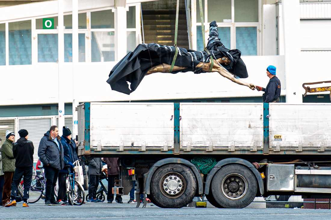 Zlatan-statyn fraktades bort under söndagen