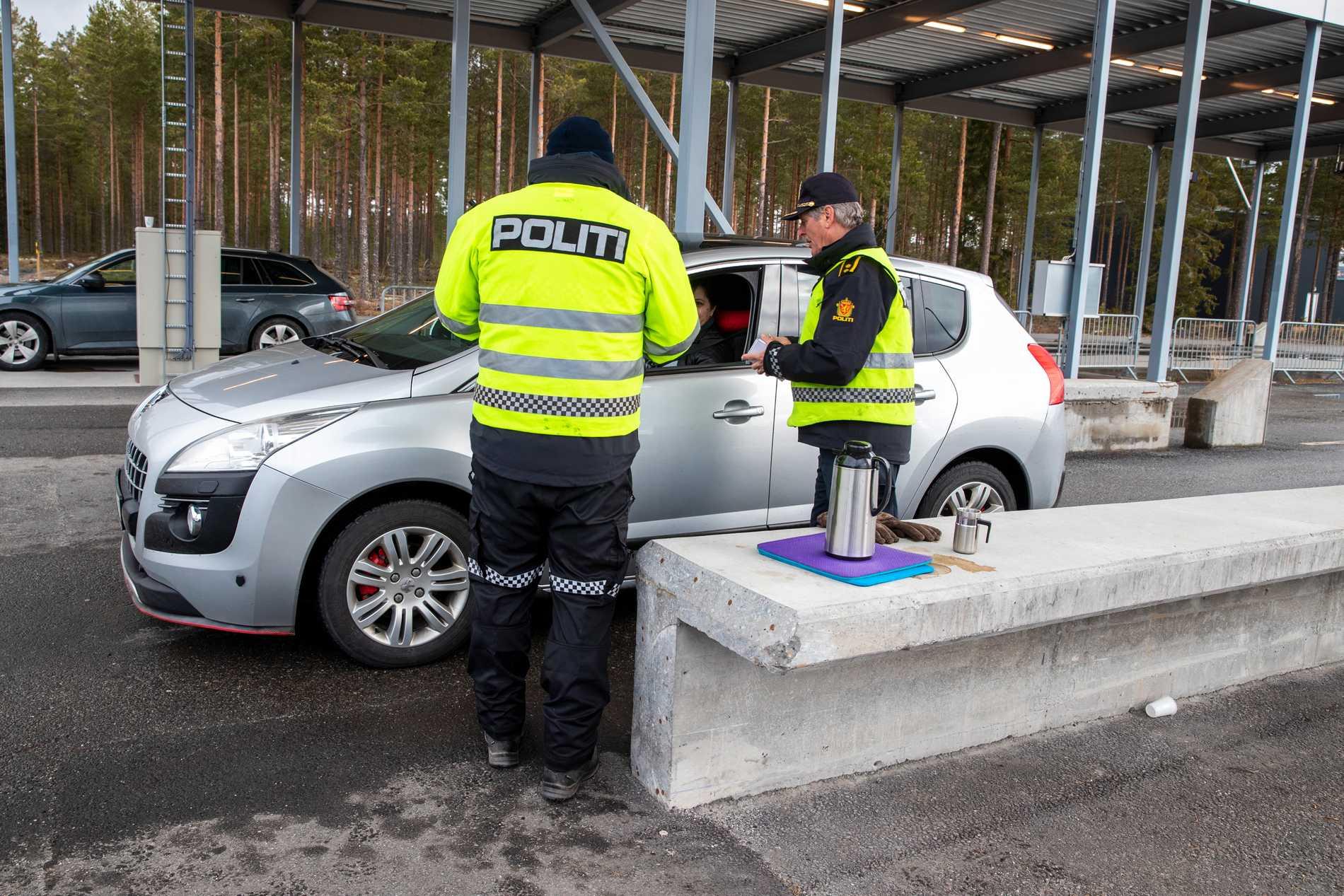 Tull- och polis kontrollerar riksgränsen mot Sverige vid Magnor i Norge.