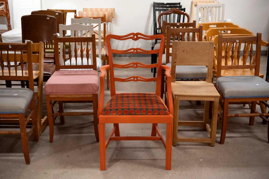 En kvinna betalade 9500 kronor för mycket för en stol i en secondhandbutik i Danmark. Trots idoga försök har Röda Korset inte lyckats få tag i henne för att betala tillbaka pengarna. Arkivbild