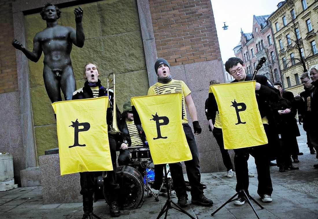 FULL HALS FÖR FILDELNING Då rätten hade lunchpaus höll piratsympatisörerna en manifestation utanför tingsrätten på Kungsholmen i Stockholm.