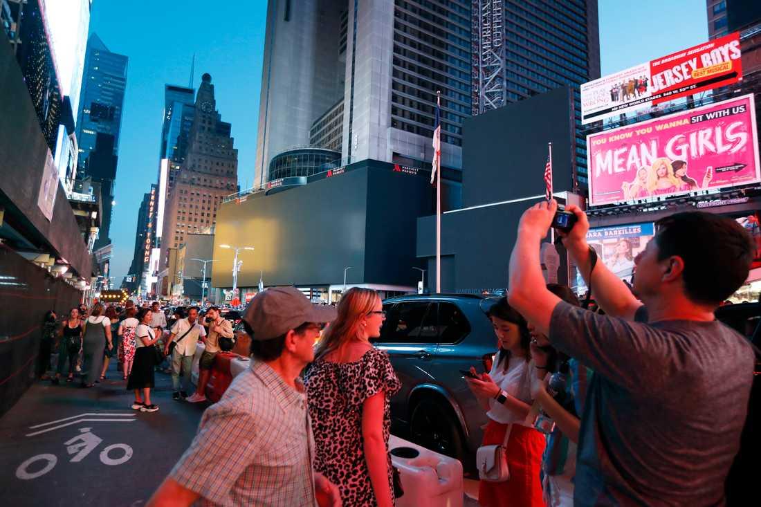 Neonskyltarna på Times Square är mörka.
