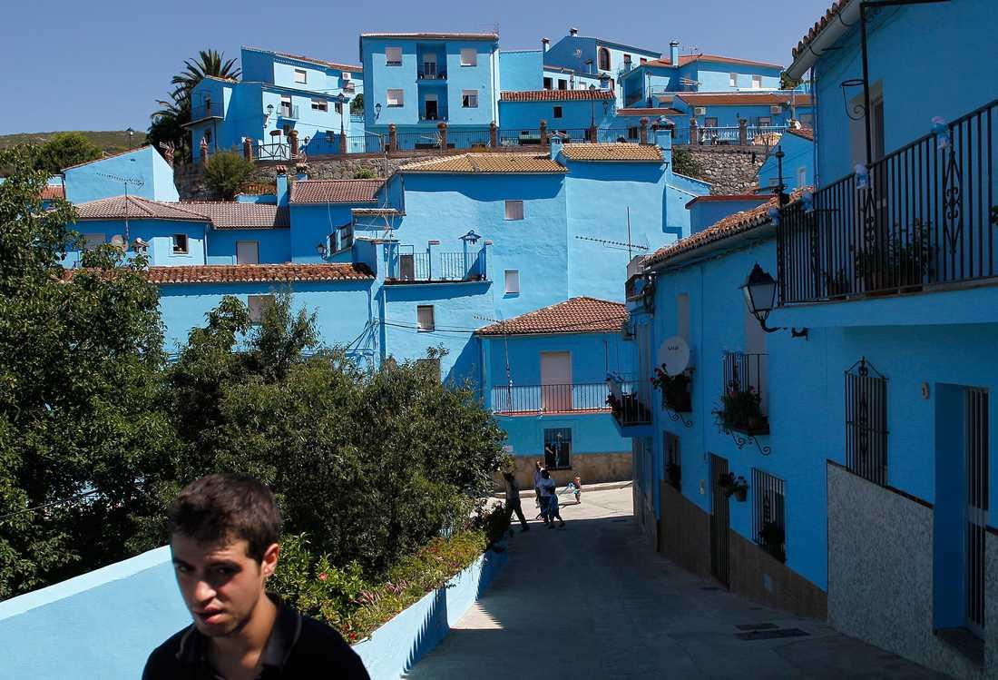 Smurfbyn lockar så många besökare att invånarna nu ska folkomrösta om de ska behålla den blå färgen på alla byggnader.