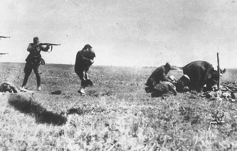 Tyska poliser siktar på judar från Ivanogorod som grävt sina egna gravar.