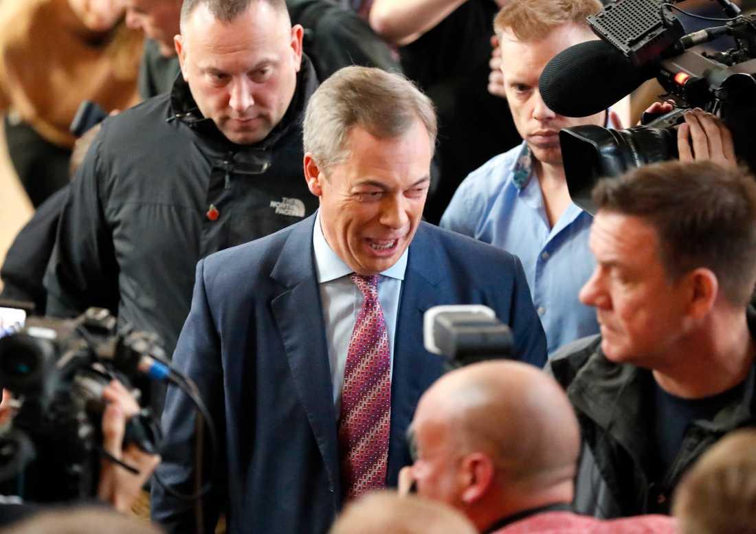Nigel Farage meddelade under måndagen att hans parti inte kommer att utmana det Konservativa partiet i nyvalet om en månad.