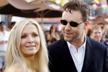 """bad även hustrun om ursäkt Russell Crowe har lovat sin fru Danielle Spencer att ringa hem minst en gång om dagen när han är bortrest. """"Missar jag att ringa undrar hon hela tiden vad jag gör och vem jag är med"""", säger han."""