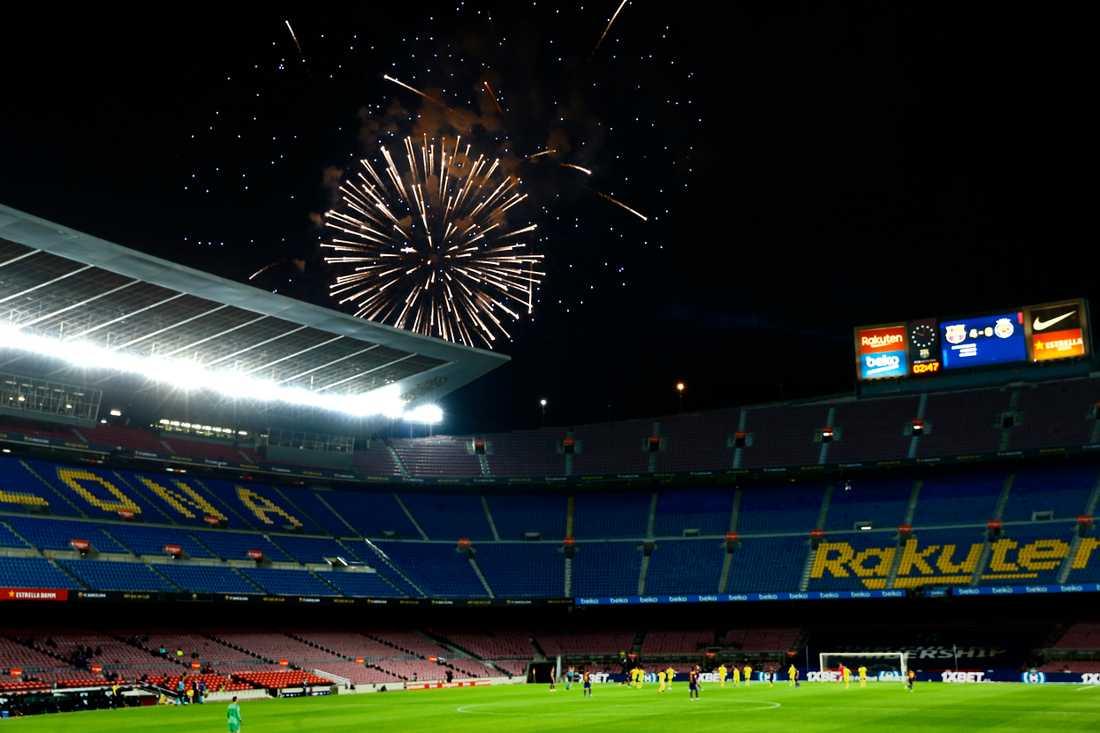 Det sköts fyrverkerier utanför Camp Nou under matchen.