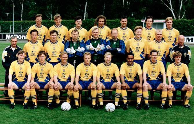 Det legendariske bronslaget från VM 1994. Klas Ingesson, tvåa från höger i mittenraden, står mellan mångårige klubblagskompisen Kennet Andersson och förbundskaptenen Tommy Svensson