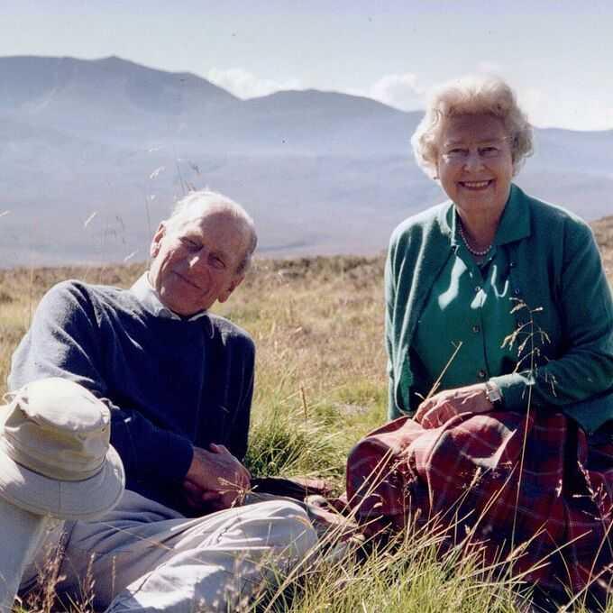 """Drottning Elizabeth har släppt ett hittills okänt foto på sig själv och sin älskade prins Philip, inför makens begravning i dag.""""Drottningen önskar dela med sig av detta privata foto taget med hertigen av Edinburgh i Skottland 2003"""", skriver det brittiska hovet på Twitter."""