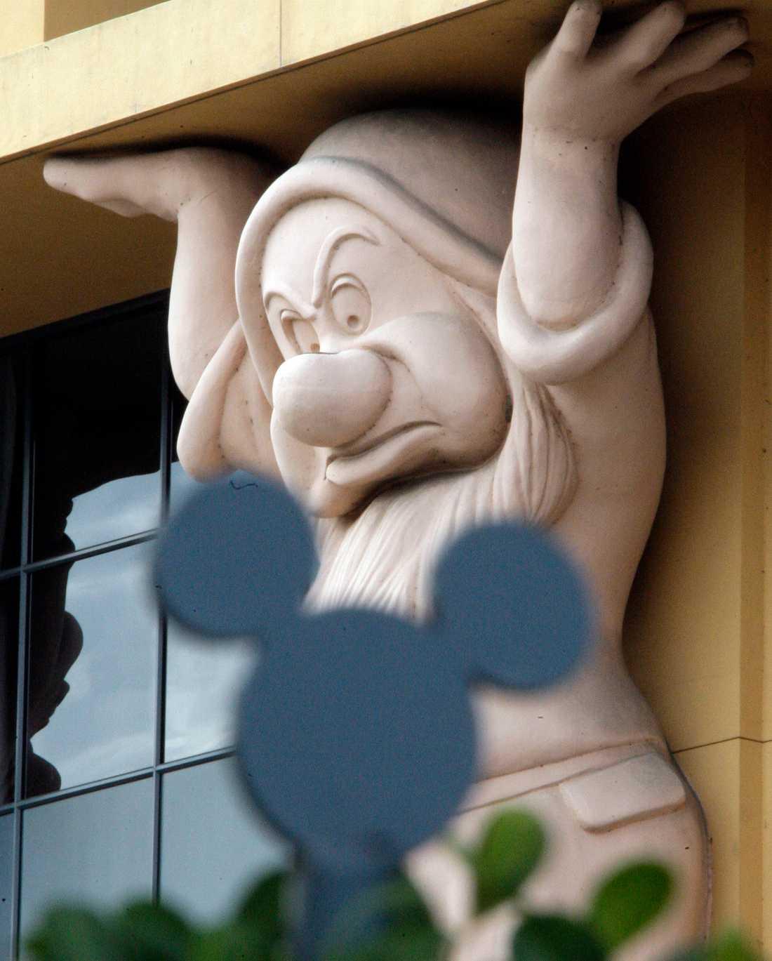 """""""Butter"""" är en av dvärgarna som syns vid Disneys högkvarter i Burbank, Kalifornien."""