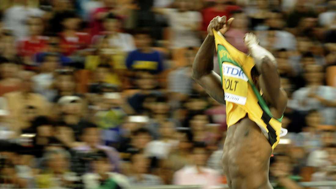 Bolt slängde av sig tröjan och skrek ut sin besvikelse.