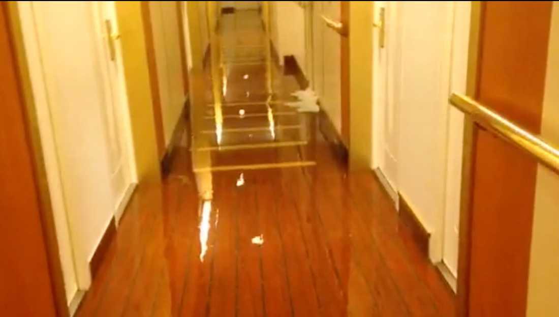 Även korridorerna svämmades över.