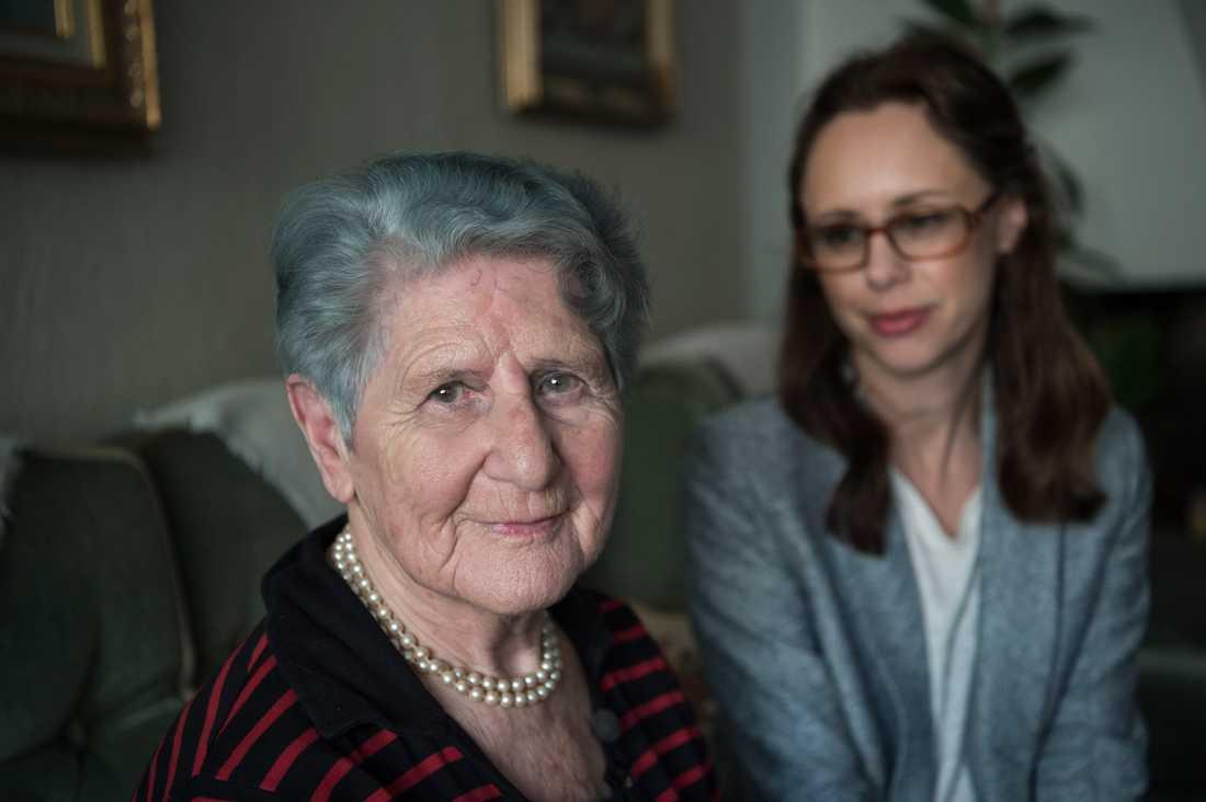 Cyla Trus, Förintelseöverlevande, tillsammans med barnbarn och Aftonbladets reporter Helena Trus 2017.