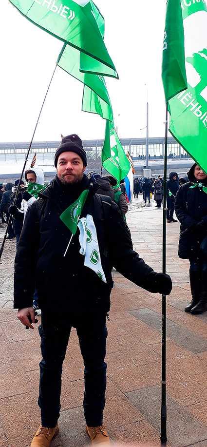 Ryske journalisten Mika Velikovskij utanför Luzkniki-arenan som uppklädd och betald Putinanhängare. Efter manifestationen var kön lång av köpta supportrar som kvitterade ut sin ersättning.