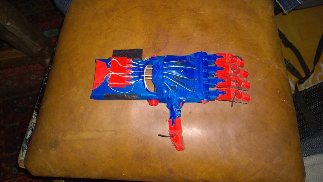 Detta är den handprotes som Lars Hansson tillverkade med sin 3D-skrivare hemma i lägenheten i och skickade till Antoni, 6, i Polen.
