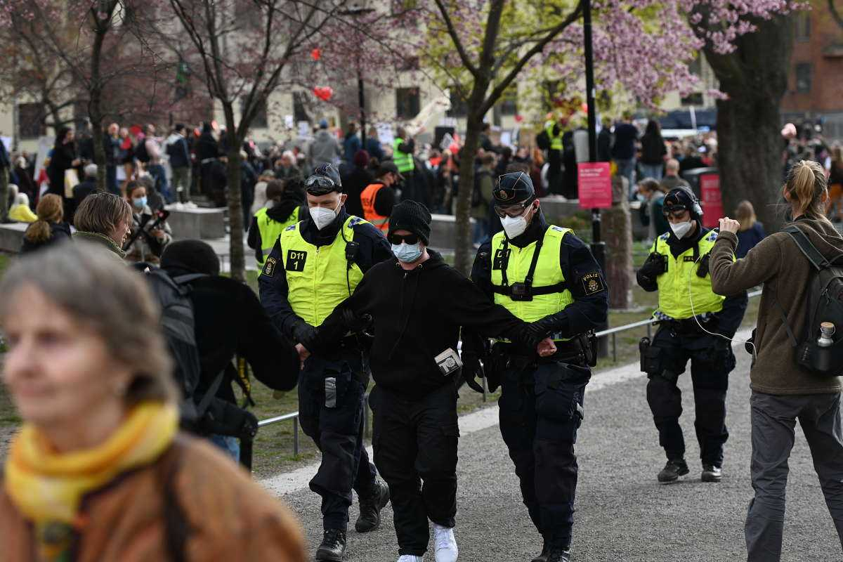 Flera personer avlägsnades från platsen av polis.