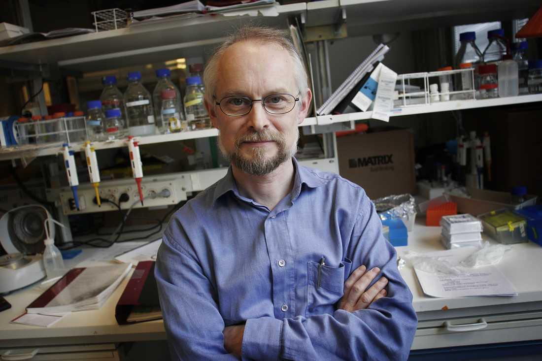 Dan Larhammar, professor i molekylär cellbiologi vid Uppsala universitet, har under många år engagerat sig inom området alternativmedicin och varnat för övertro och ett ovetenskapligt förhållningssätt till produkterna. –Slutsatsen är precis som väntat. Den genomförda sammanställningen finner inga belägg för effekt. Det ska man vänta sig av medel som är utspädda så mycket att det är för lite substans i dem. Det är nästan bara lösningsmedel kvar, vatten. En del är så pass utspädda att det inte ens är en atom kvar, säger han. De som fortfarande tror på detta kallar han okunniga: – Luftslottet är punkterat. Kejsaren är naken.