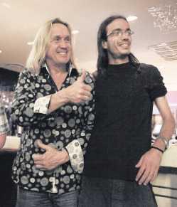 Maidens trummis Nicko McBrain träffade ett fan från Barcelona i hotellbaren.