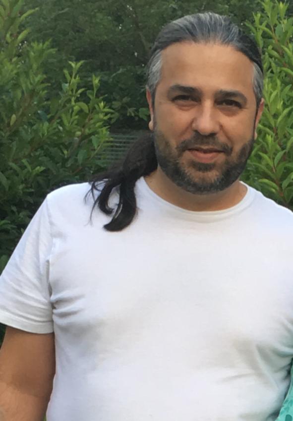 Reza Lashgari, 44, dog i familjens vardagsrum efter andra dosen vaccin.