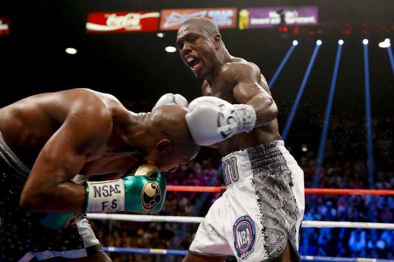 Andre Berto slår ett slag mot Floyd Mayweather Jr.