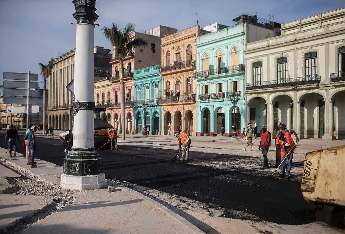 I dag inleder Barack Obama ett flera dagar långt besök på Kuba. Gatorna i Havanna är kända för sina gropar. Men där president Obamas kortege ska fara fram läggs ny asfalt.