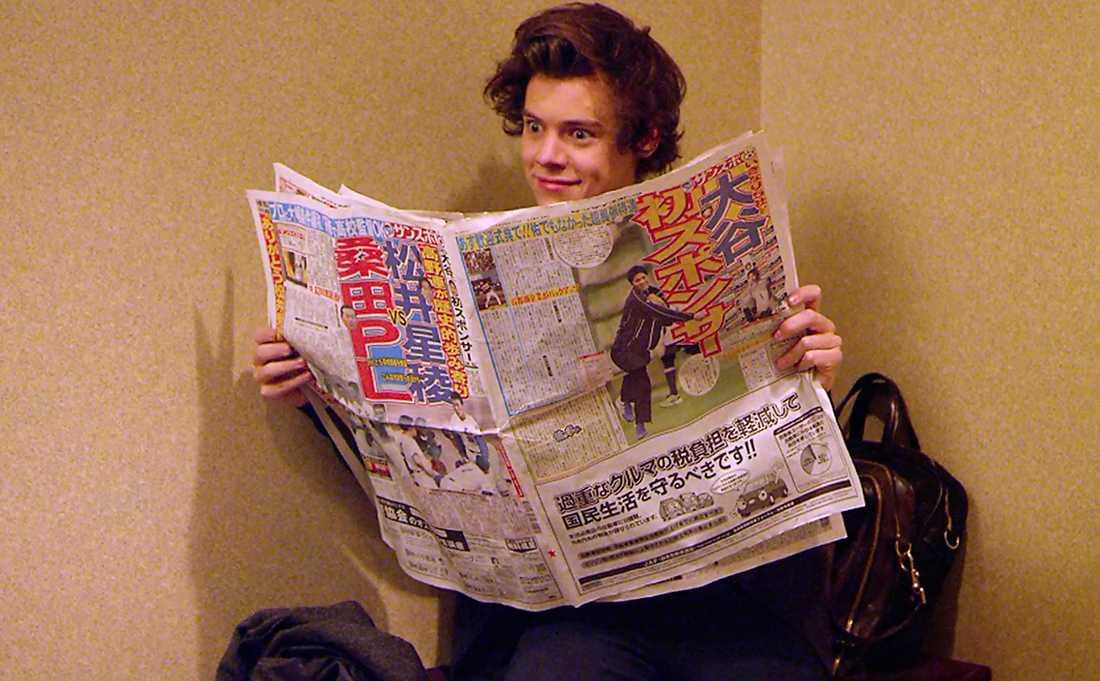 Harry läser Harry vill gärna sätta sig in i andra kulturer. Här ser vi vår Harry vän ta del av lokaltidningen.