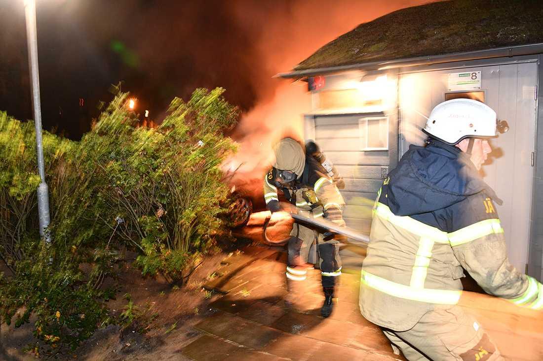 Räddningstjänsten bekämpar nya bilbränder i Malmö.