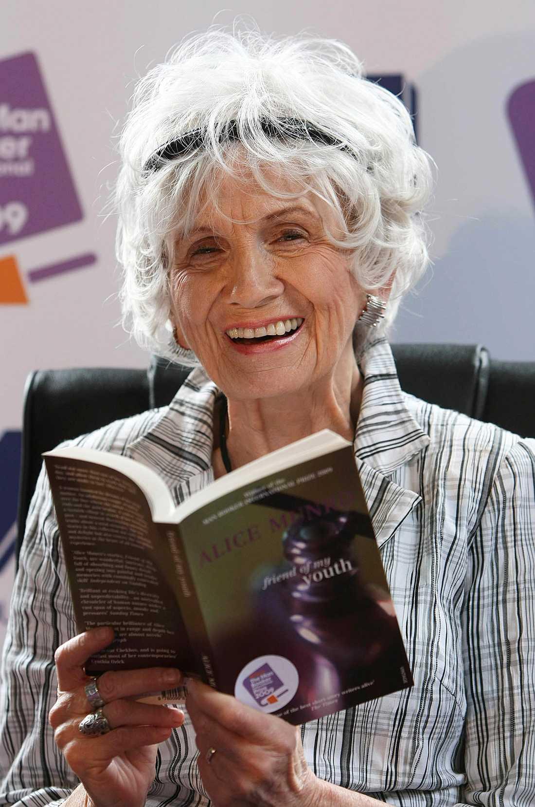 Alice Munro, Kanada, novellernas mästare, får Nobelpriset i litteratur för sin totala produktion av korta berättelser som lämpar sig utmärkt för bussresan.Fot: AP